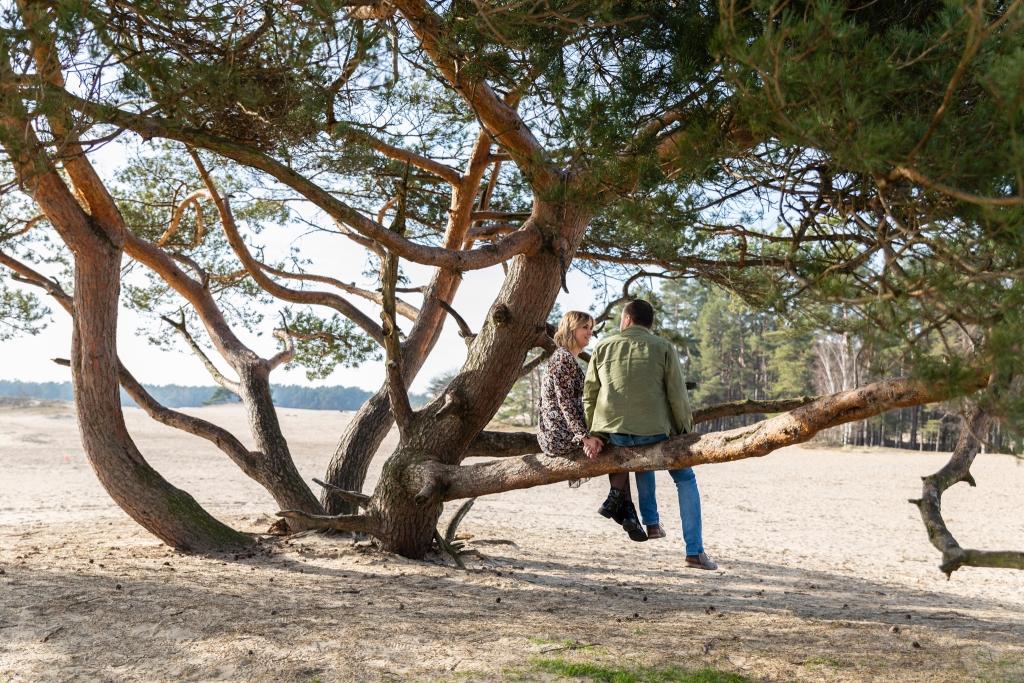 Trouwen in het bos trouwfotograaf Engagementshoot Doornspijk