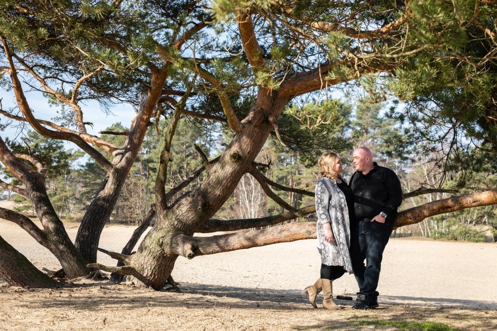 Loveshoot Doornspijk Nunspeet trouwen in het bos trouwfotograaf 2 fotografen op je bruiloft