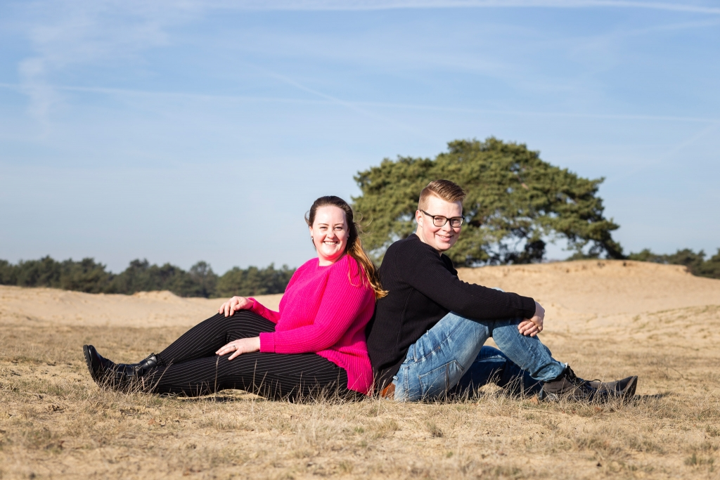 Loveshoot Zandverstuiving Doornspijk trouwfotograaf